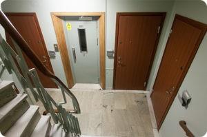 2В какую сторону должна открываться входная дверь?